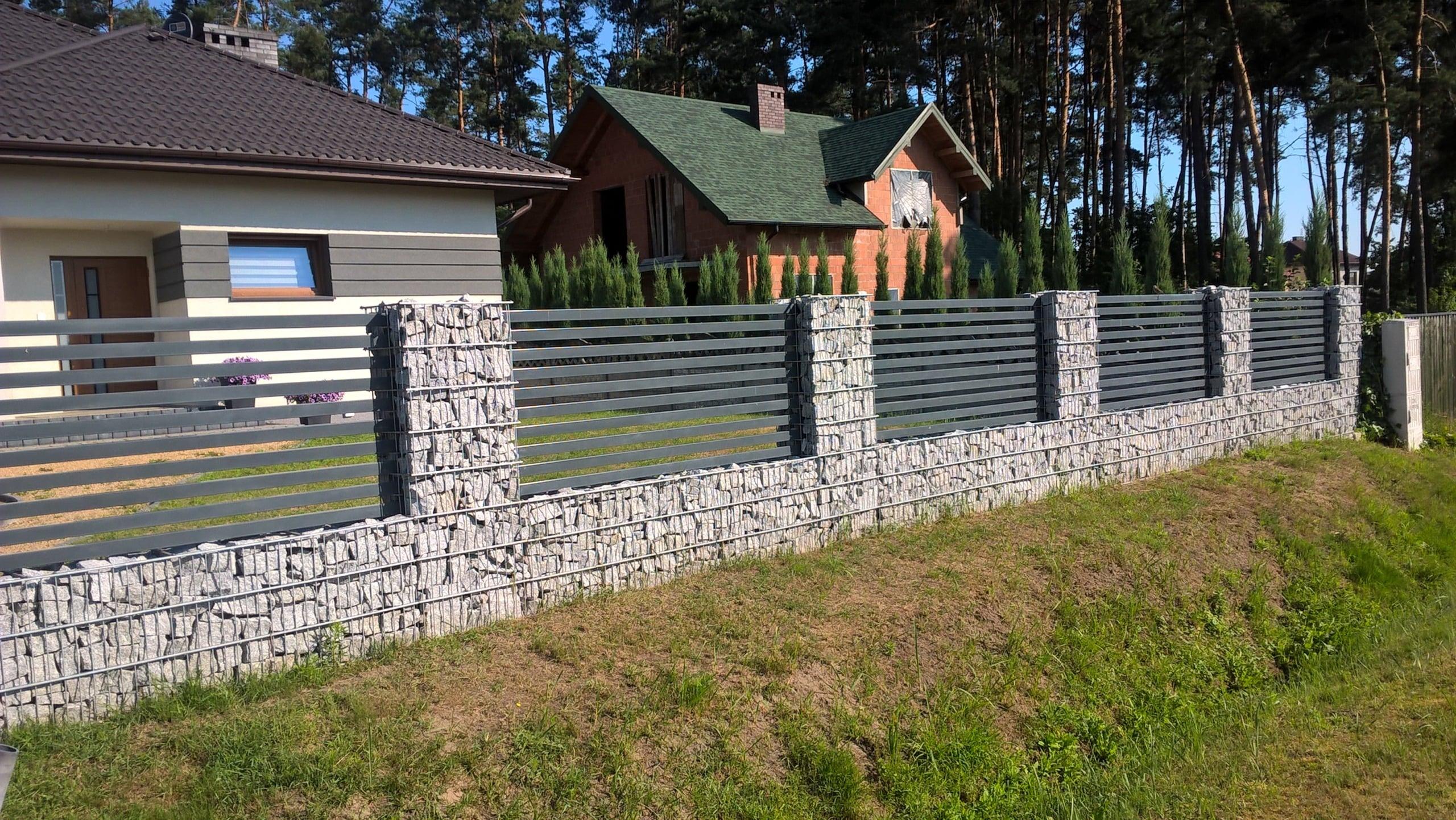 Nowoczesne kamienne ogrodzenie